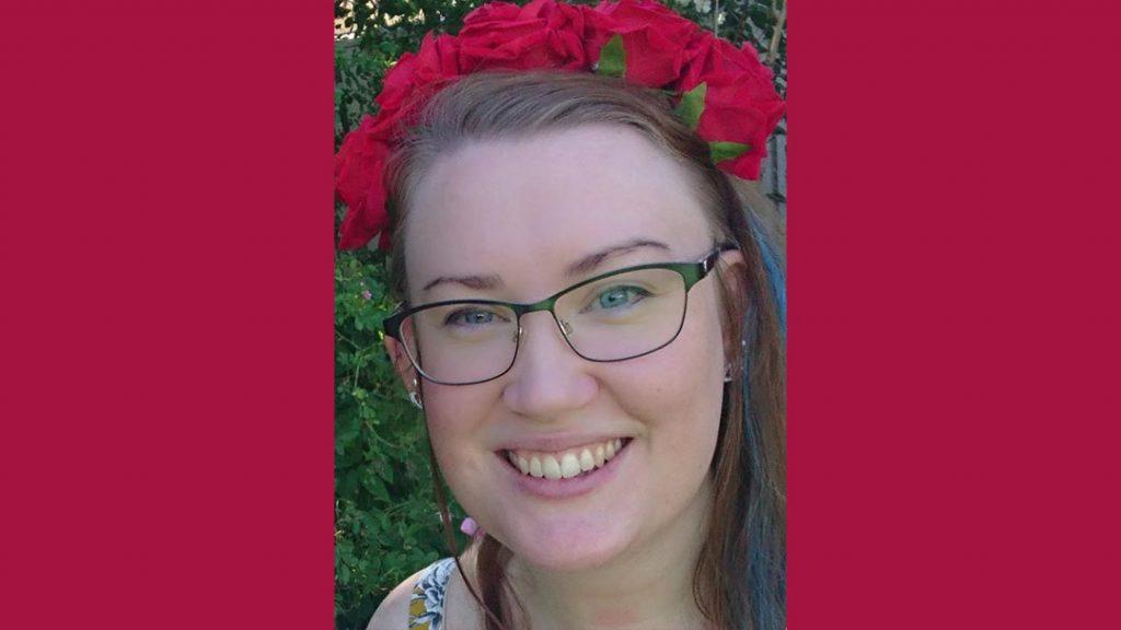 Anette Bengtsson som illustrerat bokem Prins Mårten fyller år, här med röda rosor i sitt hår