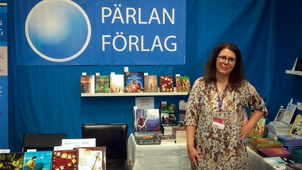 Christin Salander, förläggare och utgivare av Prins Mårten fyller år står i Förlaget Pärlans monter på mässa